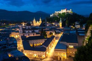 Salzburg bei Nacht - Blick vom Mönchsberg auf die Salzburger Altstadt mit Festspielhaus, Dom, Festung etc.