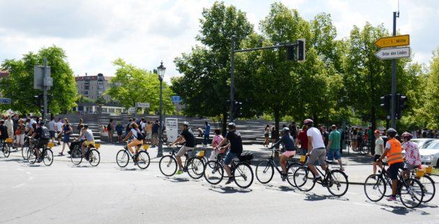 Mit dem Rad durch die Stadt und zu den Sehenswürdigkeiten Berlins.