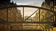 Ein Spaziergang am Wasser liefert immer wieder neue unerwartete Blicke auf Hamburg