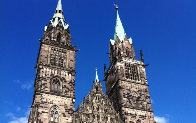 Die gotische Lorenzkirche im Zentrum von Nürnberg ist ein Wahrzeichen der Stadt und ein echter Besuchermagnet.