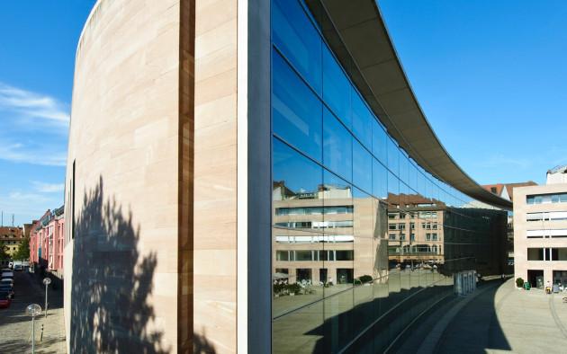 Das Neue Staatliche Museum am Klarissenplatz ist ein moderner Kontrast zum historischen Nürnberg.