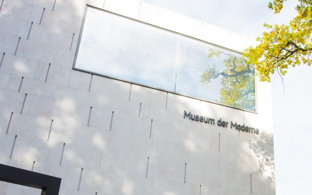 Das Museum der Moderne am Mönchsberg liegt mitten in der Natur und doch mitten in der Stadt Salzburg.