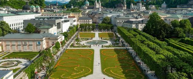 Im Vordergrund der Mirabellgarten beim gleichnamigen Schloss und dahinter die Hüser der Salzburger Altstadt