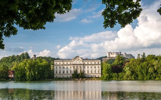 Idyllisch liegt Schloss Leopoldskron am gleichnamigen Weiher, im Hintergrund die Festung Hohen Salzburg.