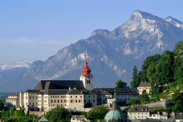 Das Kloster am Nonnberg und im Hintergund der mächtige Untersberg