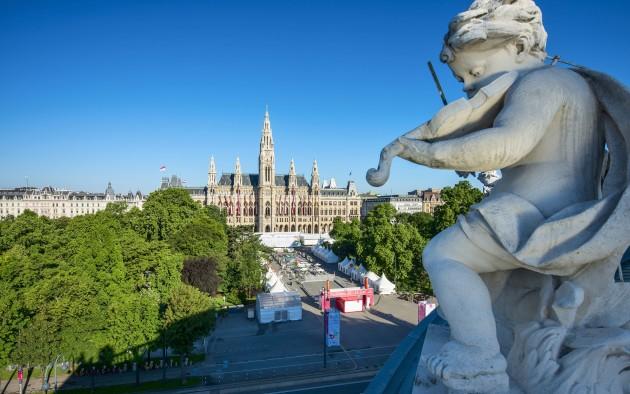 Das Wiener Rathaus liegt gleich gegenüber des weltberühmten Burgtheaters an der Ringstraße.