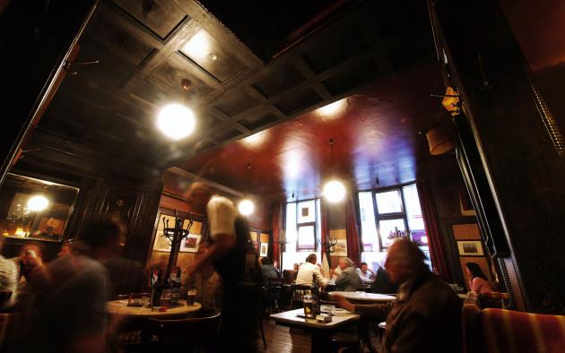 Unvergleichlich ist die Atmosphäre in einem typischen Wiener Kaffeehaus.