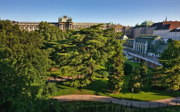 Der Burggarten liegt mitten in der Wiener Innenstadt zwischen Hofburg, Ringstraße, Palmenhaus und Albertina.