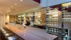 Die gut bestückte Bar im Hotel Baseler Hof in Hamburg