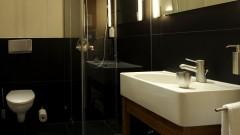 Moderne Badezimmer im Young Hotel in Hamburg