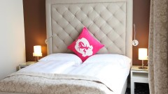 Gemütliches Doppelbett im Hotel Villa Carlton in Salzburg
