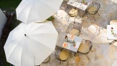 Wunderschöne Terrasse im Garten des Hotel Rosenvilla in Salzburg